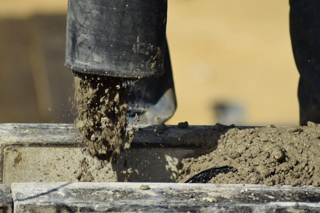 lanie betonu na budowie