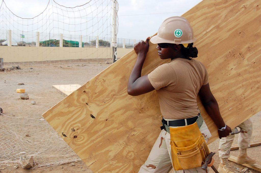 pracownik na budowie z płytą OSB