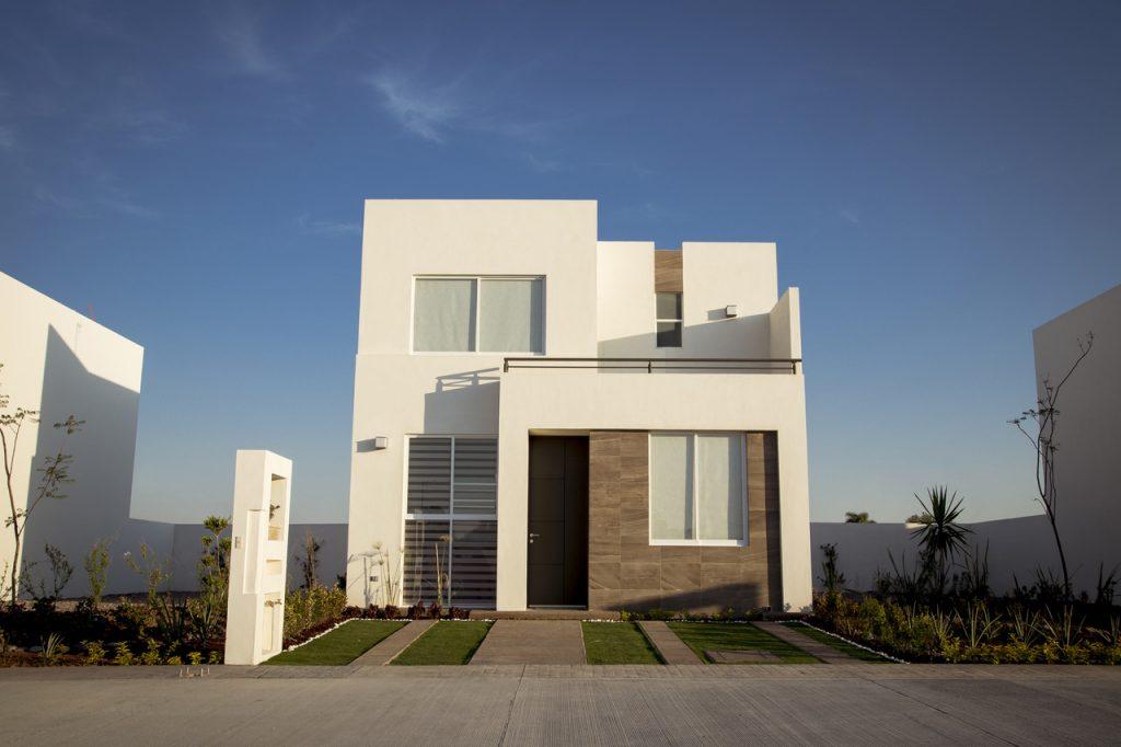nowoczesny dom z elementami drewnianej elewacji