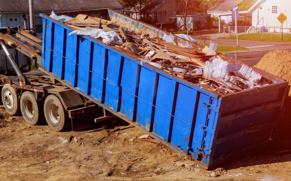 kontener z gruzem na budowie
