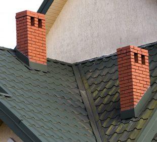 komin na dachu domu jednorodzinnego
