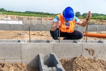 pracownik na budowie podczas wykonywania fundamentów