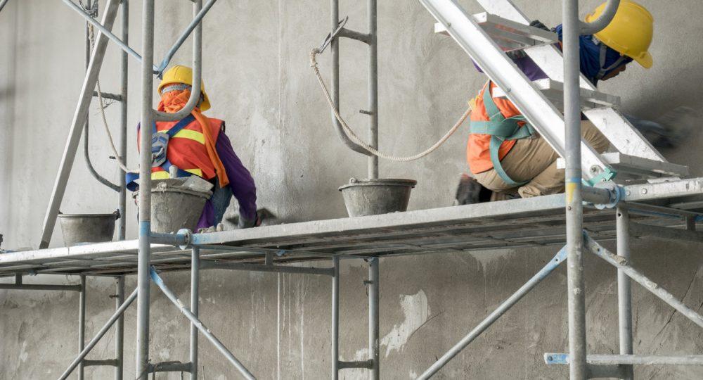 pracownicy na rusztowaniu podczas wykonywania elewacji