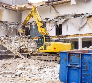 Koparka na budowie podczas rozbiórki