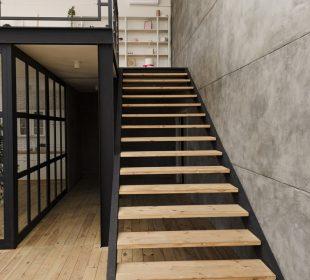 nowoczesne schody w loftowym wnętrzu