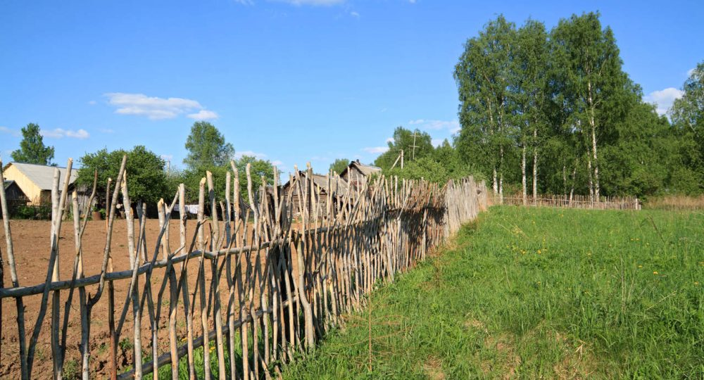 działka rolna ze starym płotem