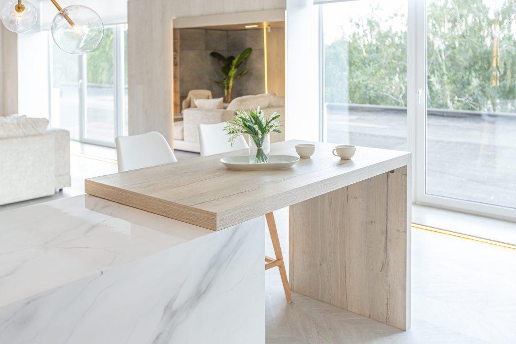 kuchnia z dużym oknem