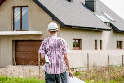 inwestor na budowie z planem budowy