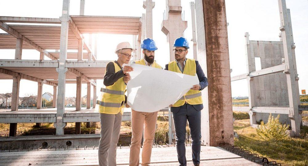 inwestor przeglądający plany budowy z architektem
