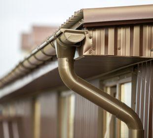rynna przy dachu
