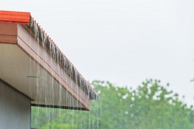Padający deszcz na dach