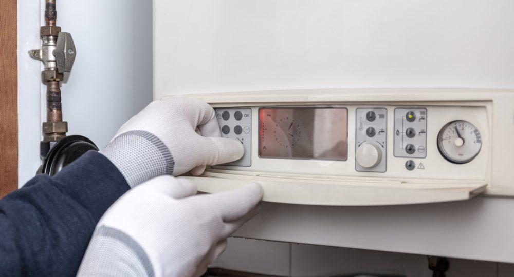 instalaror ustawia piec kondensacyjny