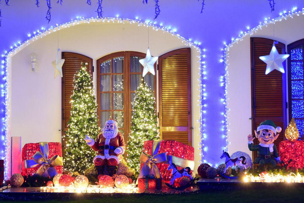 świetlne iluminacje przed domem