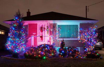 świątecznie oświetlony dom i ogród