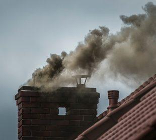dym z komina domu