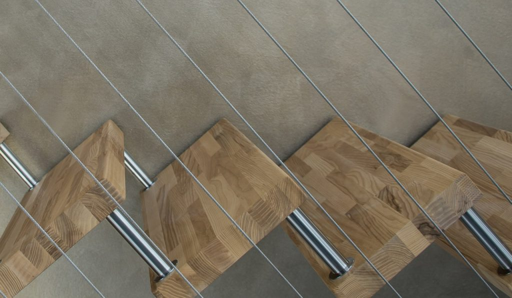 schody na metalowych linkach
