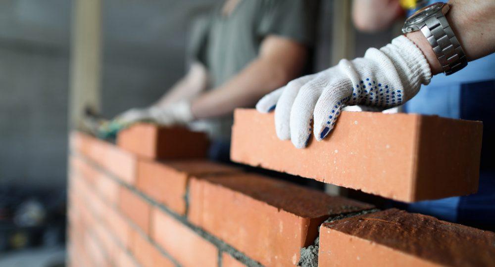 murarze budujący dom