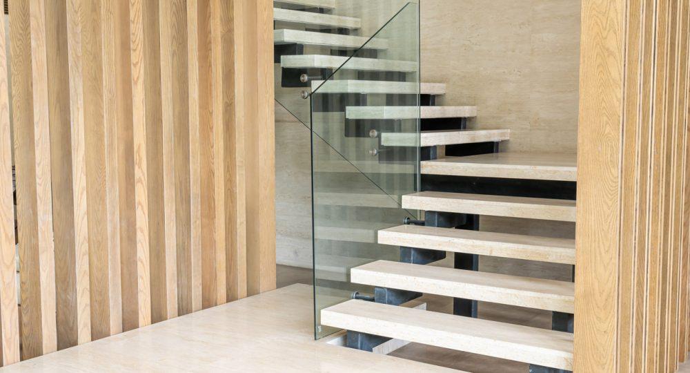 drewniane schody ze szklana balustradą