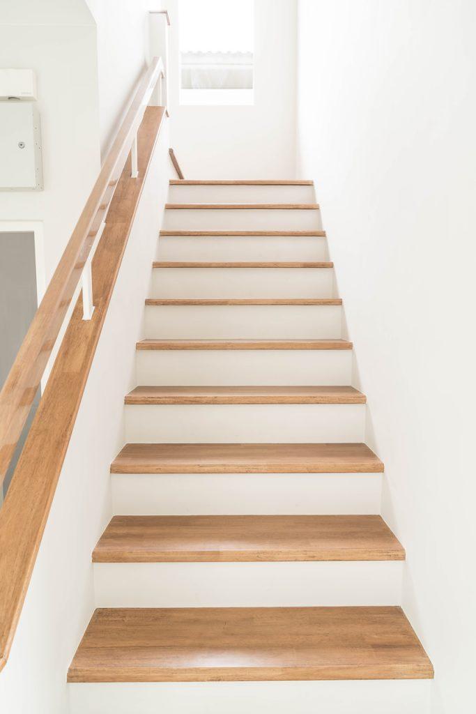 schody drewniane w niepełną balustradą