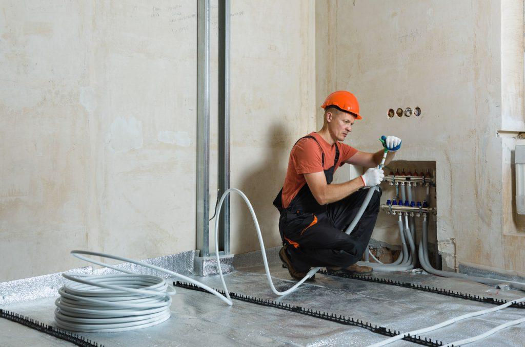 instalator przy ogrzewaniu podłogowym