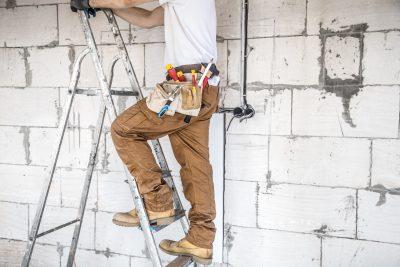 murarz na budowie