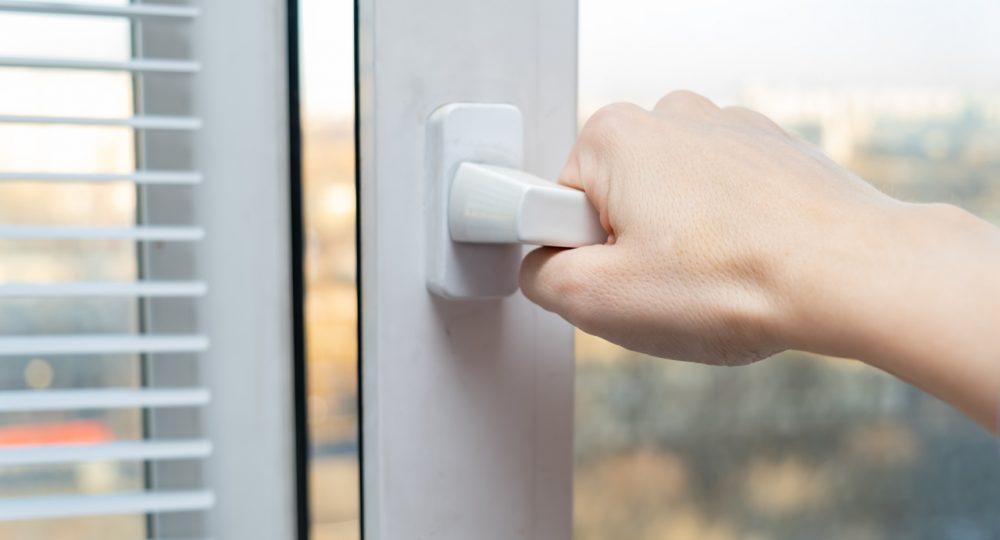 ręka otwierająca okno