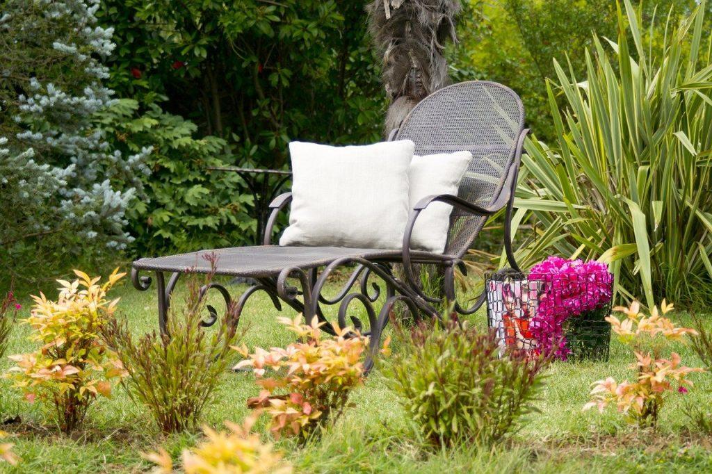 leżak metalowy w ogrodzie