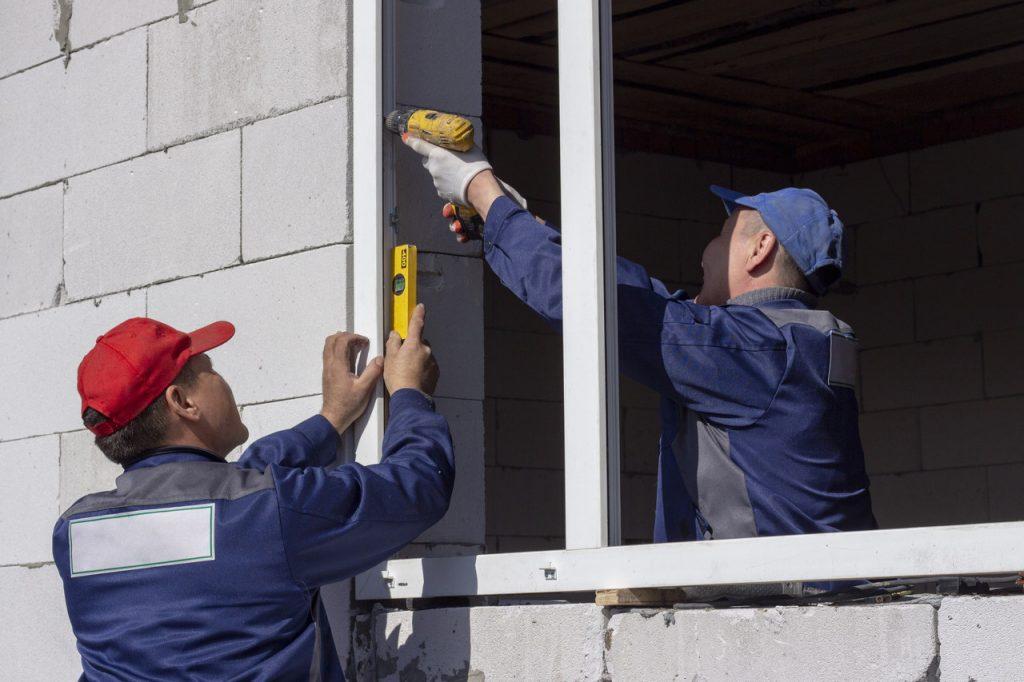 montaż okien na budowie