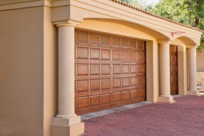 Automatyka do bramy garażowej. Jaki napęd wybrać do bramy segmentowej?