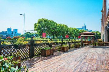 taras drewniany przy restauracji