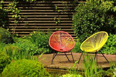 kolorowe krzesła ogrodowe