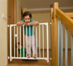 dziecko na schodach - barierka