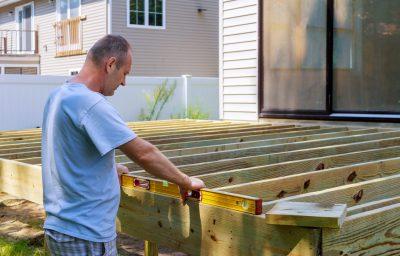 mężczyzna remontuje taras tarasu
