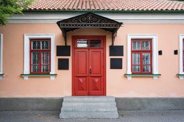 drzwi z daszkiem zewnętrznym