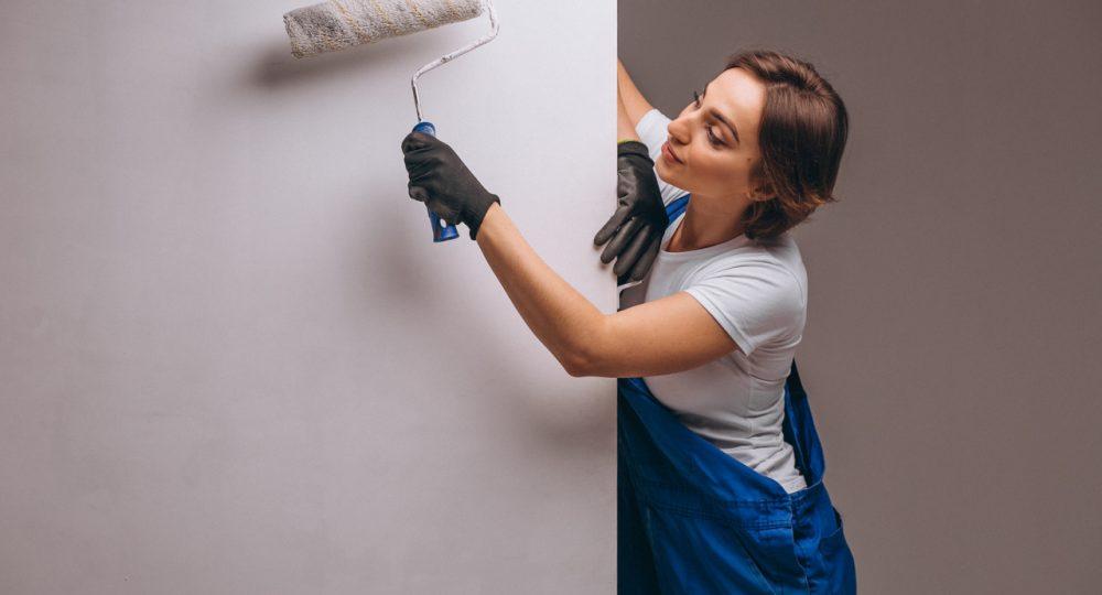 kobieta maluję ścianę