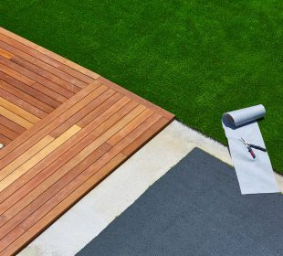 sztuczna trawa na tarasie