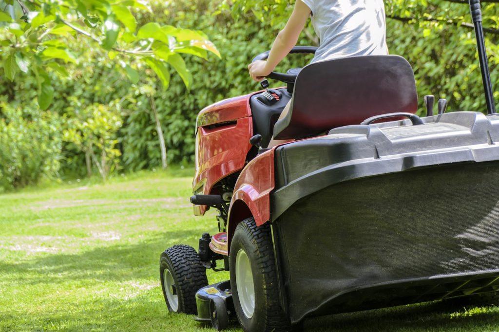 koszenie trawnika traktorkiem
