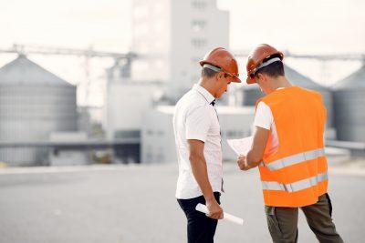 inżynier z budowlańcem na budowie